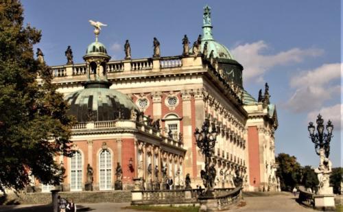 Neues-Palais-im-Herbst-825x510